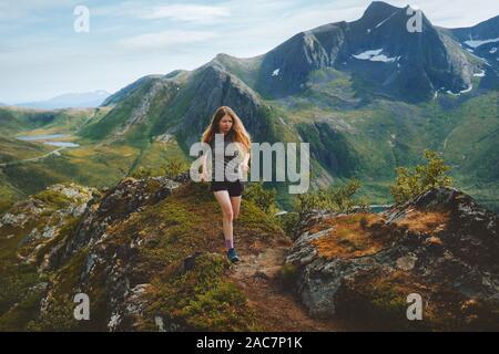 Mujer trail running en montañas montañas exterior viajes vida sana actividad de aventura formación atlética motivación concepto Noruega naturaleza Sen