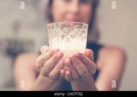 Imagen de tonos de mujer manos sosteniendo velas