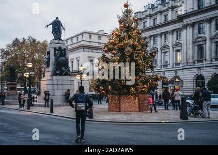 Londres, Reino Unido - Noviembre 24,2019: árbol de Navidad en Waterloo Place en la calle Regent St. James, un hito 200-año-vieja calle en la ciudad de Westminster.