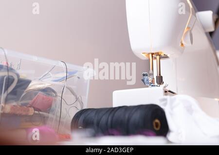 Máquina de coser de cerca con accesorios