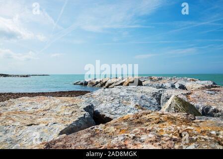 Hermoso mar azul y la playa rocosa del mar Tirreno, en la Toscana, Italia