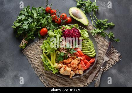 Cuenco de Buda o ensalada con col roja, tomates cherry, pollo a la parrilla, aguacate, lechuga, pimienta verde, perejil y trigo sarraceno. Concepto de comida saludable Foto de stock