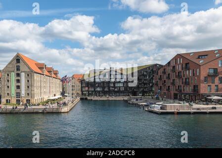 Arquitectura de Copenhague, el contraste de estilos con el siglo XIX Nordatlantens Brygge (izquierda) y modernas Krøyers Plads (derecha), Christianshavn, Copenhague.