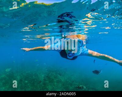 Retrato de mujer en traje de apnea en Seychelles, Océano Índico. Estilo de vida viajes actividades acuáticas. Joven mujer caucásica snorkeling en tropical