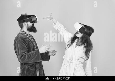 Disfruta de una nueva experiencia. La familia par llevar gafas vr. chica y man hipster relajarse. La mañana empieza con la tecnología del futuro. digital pareja. La innovación en las relaciones familiares. Crear una realidad. Es tan real.