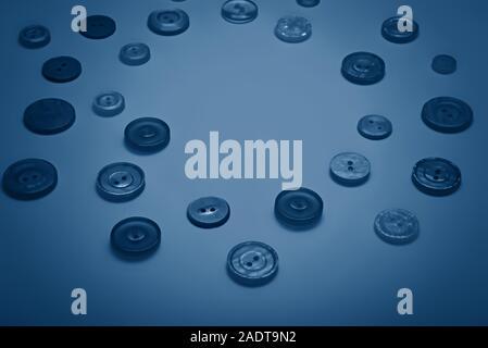 Botones de diferentes colores pastel en tonos de azul.
