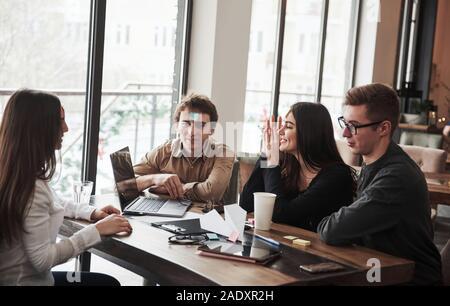 Pensar en algunas ideas. Divertirse en la sala de la oficina. Amable compañeros jugando en su tiempo de descanso