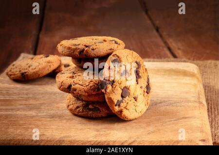 Las galletas con trocitos de chocolate, libre de gluten, un close-up de una pila en un oscuro fondo rústico