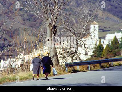 Dos ancianas caminando por la carretera. Capileira, Las Alpujarras, Granada, Andalucía, España.