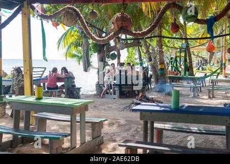 Roland's Reggae Bar & Restaurant en playa Manzanillo, en la isla de Providencia en Colombia.