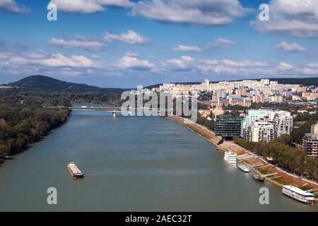 Vista del barco en el río Danubio, el puente Lafranconi y los edificios de nueva construcción en una zona residencial en Bratislava, Eslovaquia