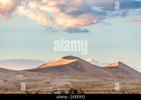 Luz dorada en Kelso Dunas al atardecer en el desierto de Mojave, el Mojave National Preserve, California, EE.UU.