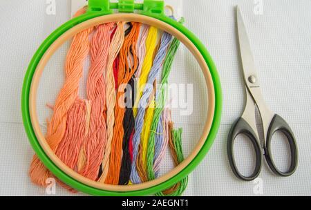 El concepto de la costura. Accesorios de costura para bordado-canvas, Hoop, hilo floss, plana lay, vista desde arriba.