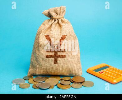 Bolsa de dinero con monedas y una calculadora. Concepto de ganancias y finanzas. Presupuesto, salario, ingresos. Distribución de dinero y ahorros. Yen, yuan