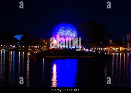 Orlando, Florida. Diciembre 06, 2019. Vista panorámica de la gran esfera iluminada y árbol de Navidad en Epcot®
