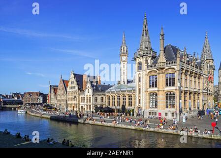 Los turistas de Quay, junto al río Lys / Leie y vistas guildhalls medieval en el Graslei / Hierba Lane en la ciudad de Gante, Bélgica, Flandes Oriental