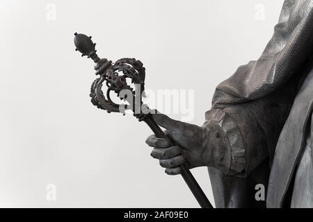 Primer plano de un negro estatua clásica con una mano sosteniendo adornados gran cetro Foto de stock