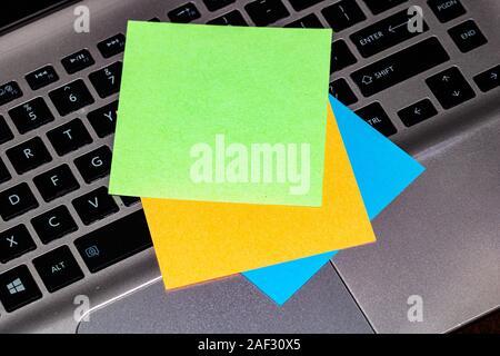 Colorido y notas adhesivas en blanco sobre el teclado.