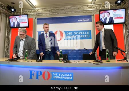 """Viena, Austria. 12 de diciembre de 2019. El FPÖ (Partido de la Libertad de Austria) Presidente del partido federal (centro) Norbert Hofer y el FPÖ Viena Estado parte presidente (R) Dominik Nepp celebrar una conferencia de prensa sobre la escisión del FPÖ tres mandatos y el re-establecimiento de la """"Alianza de Austria (ADÖ)"""". Crédito: Franz Perc / Alamy Live News"""