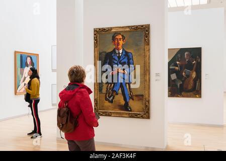El arte de la mujer, vista de las mujeres que miran las pinturas en el Statens Museum for Kunst (Galería Nacional) en el centro de Copenhague, Dinamarca.
