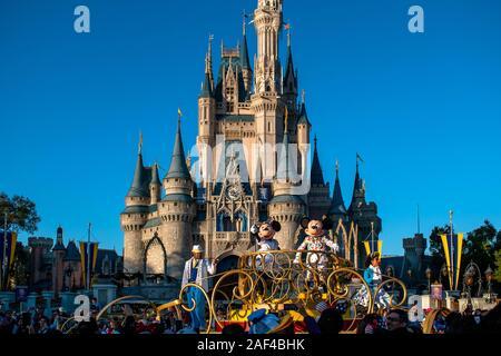Orlando, Florida . Diciembre 05, 2019 . De Mickey y Minnie en moverlo! Shake It! MousekeDance! Fiesta en la calle en el Magic Kingdom