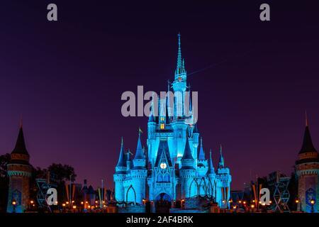Orlando, Florida. Diciembre 05, 2019 . Cinderella Castle iluminado en la temporada de Navidad en Magic Kingdom
