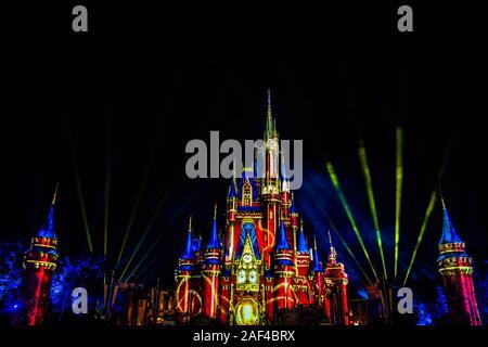 Orlando, Florida. Diciembre 05, 2019 . Cinderella Castle iluminada con coloridos rayos de luz en el Reino Mágico
