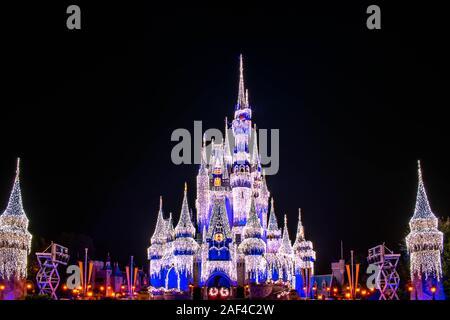 Orlando, Florida. Diciembre 05, 2019 . Vistas panorámicas del Castillo de Cenicienta iluminado en temporadas de Navidad en Magic Kingdom