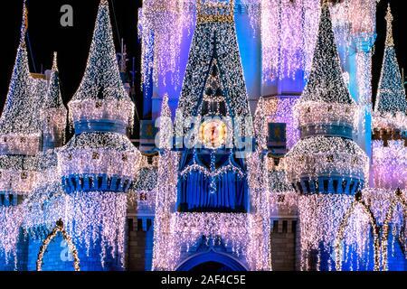 Orlando, Florida. Diciembre 05, 2019 . Vista parcial de Cinderella Castle con decoración de Navidad en Magic Kingdom