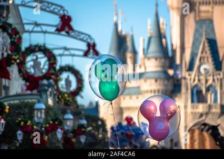 Orlando, Florida. Diciembre 05, 2019 . Vista superior de Mickey globos de Cinderella Castle antecedentes en Magic Kingdom