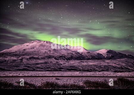 Luces del norte sobre la montaña en Reykjavik Islandia, Aurora Polaris, también conocido como aurora boreal,