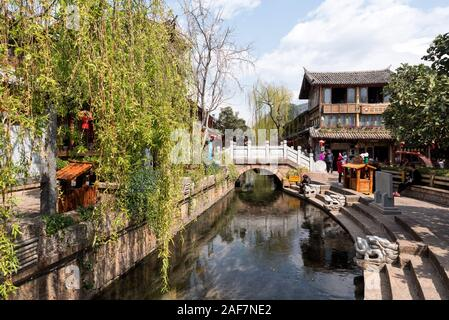 Marzo, 16. 2019: puente de piedra en el casco antiguo de la ciudad (Dayan) de Lijiang. Lijiang, provincia de Yunnan, China