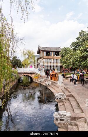 Marzo, 15. 2019: puente de piedra en el casco antiguo de la ciudad (Dayan) de Lijiang. Lijiang, provincia de Yunnan, China