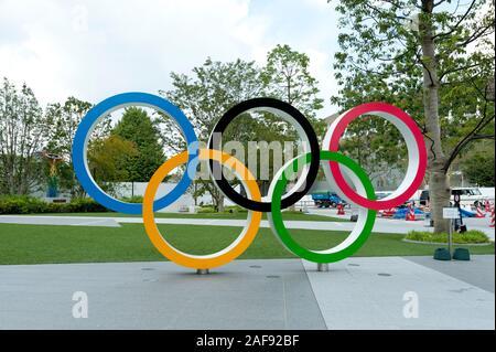 SHINJUKU CITY, TOKIO, JAPÓN - 30 DE SEPTIEMBRE de 2019: Vista frontal de los anillos olímpicos. Antecedentes con el Nuevo Estadio Nacional (Tokio) y el Cauldron.
