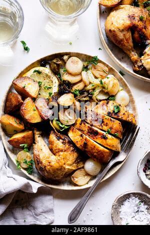 Cena de pollo asado a la parrilla con coles de bruselas con Cantarelos y patatas asadas con perejil picado y sal. Foto de stock