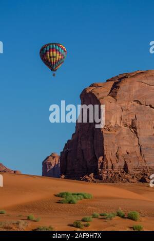 Un vuelo en globo de aire caliente a través de las dunas de arena roja en Sand Springs en el Monument Valley Navajo Tribal Park en la Nación Navajo, en el norte de Arizona, U