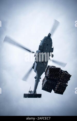 """Océano Pacífico (Dec. 8, 2019) un MH-60S Sea Hawk, asignado a la """"Eightballers"""" del escuadrón de helicópteros de combate de mar (HSC) 8, proporciona suministros durante un reabastecimiento vertical a bordo de la clase Ticonderoga crucero de misiles guiados USS Bunker Hill (CG 52) Diciembre 8, 2019. Bunker Hill está en marcha la realización de ejercicios de entrenamiento de rutina en el Océano Pacífico Oriental. (Ee.Uu. Navy photo by Mass Communication Specialist 3ª clase Nicholas V. Huynh) Foto de stock"""