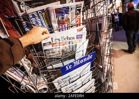 París, Francia - 14 Dec, 2019: POV Hombre comprar quiosco de prensa el último periódico francés Les Echos con noticias acerca de las recientes huelgas francesas relacionadas con pensiones