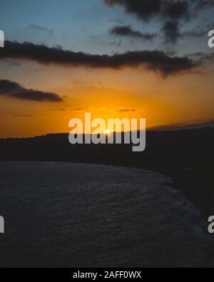 Hermosa puesta de sol sobre el mar Mediterráneo, Cote d Azur, Francia. Épico paisaje crepuscular. Viajar. Foto de stock