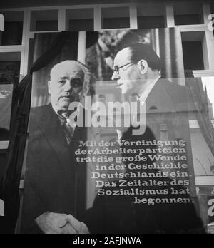 """Cartel para la fusión del KPD y SPD en frente del Felsenkeller en Leipzig: Wilhelm Pieck (izquierda) y Otto Grotewohl estrecharse las manos en un cartel (""""Con la unión del SPD y KPD la edad socialista ha comenzado"""")."""