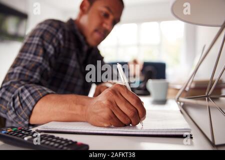 Dos estudiantes universitarios masculinos en Casa Compartida Dormitorio estudian juntos Foto de stock