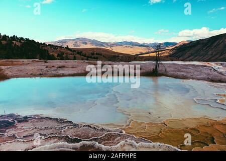 El Parque Nacional de Yellowstone paisaje geysers, termas de Wyoming, EE.UU.
