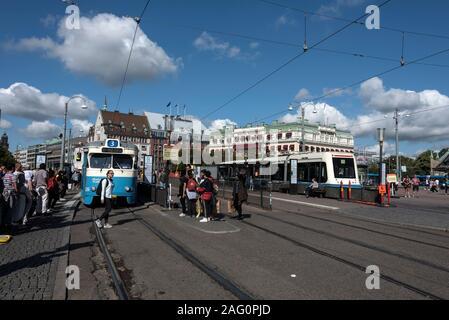 Los pasajeros en la terminal de tranvía de la ciudad principal en la estación ferroviaria Central de Gotemburgo en Gotemburgo en Suecia.
