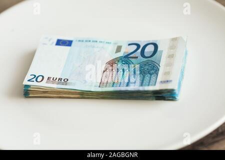 Dinero tirado en la placa. Euros la foto. Concepto de corrupción codiciosos. Idea de soborno. Foto de stock