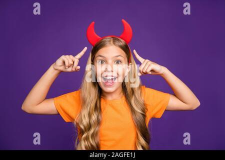 Mira mi increíble cuernos. Foto de Pretty Little lady indicando dedos diadema cuernos en la cabeza Helloween Fiesta personaje del juego de rol de desgaste t- naranja