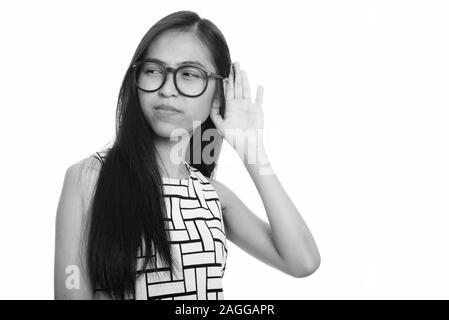 Pensativo joven asiático nerd niña adolescente escuchando Foto de stock