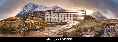 Popular pasarela de madera sobre el río Coupall en el valle de Glen Coe. Increíble paisaje escocés en Achnambeithach en Glencoe, Highlands, Escocia