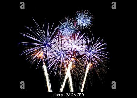 Los fuegos artificiales iluminan el cielo de la noche, celebración de concepto.