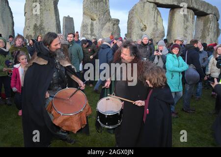 Wiltshire, Reino Unido. 22 dic, 2019. Los juerguistas en Stonehenge bienvenido el amanecer en el Solsticio de Invierno, el día más corto del año. El sol subió a 08;04am y el diario Solstice en el hemisferio norte estaba en 04.19am del domingo 22 de diciembre de 2019. Los paganos celebrar el mayor número de horas de oscuridad y el regreso del sol como los días se hacen más largos hasta el solsticio de verano. Crédito: MARTIN DALTON/Alamy Live News