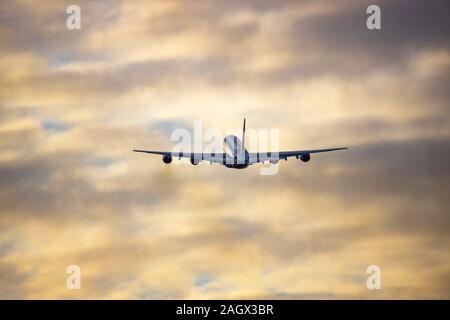 Flughafen DŸsseldorf Internacional, DHE, Emirates Airbus A380 en el momento del despegue,
